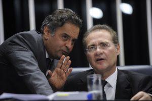 レナン上院議長に相談ごとをするアエシオ上議=左=(Foto: Jefferson Rudy/Agência Senado, 29/09/2015)