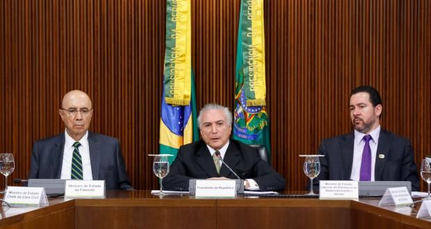 初の財政調整案を発表するテーメル大統領代行(Marcos Corrêa/PR)