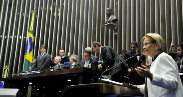 アナ・アメリア上議(右・PP)の投票前最終意見表明は予定より2時間以上遅れて開始された(Geraldo Magela/Agencia Senado)