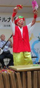 大人気を博した加藤五郎さん演ずる大黒様。女性から抱擁、キスまで