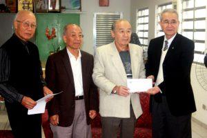 菊地会長(右)から義援金を受け取った田呂丸会長(左から3人目)(熊本県人会にて)