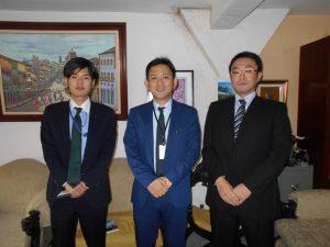挨拶のため来社した(左から)斉藤三等理事官、森田領事、沼田副領事