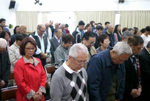 黙祷を捧げる参加者