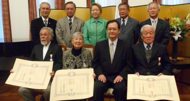 (前列左から)作間さん、香山さん、中前総領事、佐藤さん