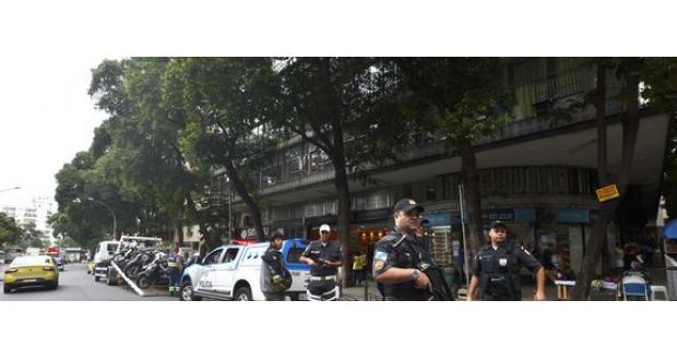 ファット・ファミリー再奪還のため街頭に出る警官達(アジェンシア・ブラジルより)