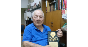 「これが五輪に出た証」。柔道連盟から送られた記念プレートを手に、表情を引き締める篠原元代表監督