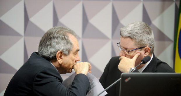 話しこむ特別委員会のリラ委員長(左)と、アナスタジア報告官(右)(Moreira Mariz/Agencia Senado)