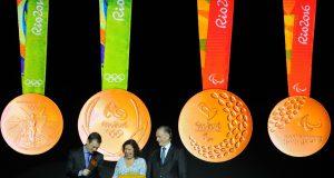 メダル発表の様子、左側は五輪用、右側はパラリンピックのメダルの表と裏(Tomaz Silva/Agência Brasil)