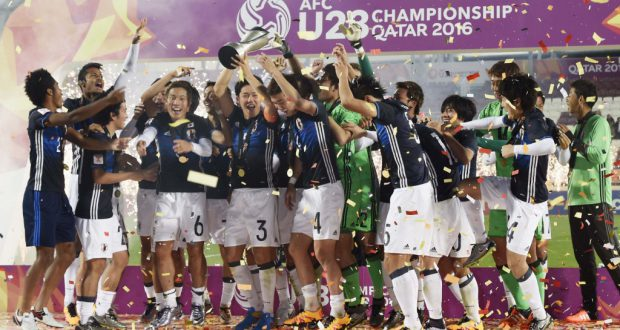 サッカーの男子U―23アジア選手権(五輪最終予選)で韓国を破って優勝し、セレモニーで喜ぶ日本イレブン=1月30日、ドーハ(共同)