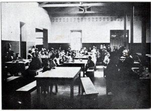 サンパウロの移民収容所の食堂の様子(『南米写真帳』)1921年、永田稠著、発行=東京・日本力行会)