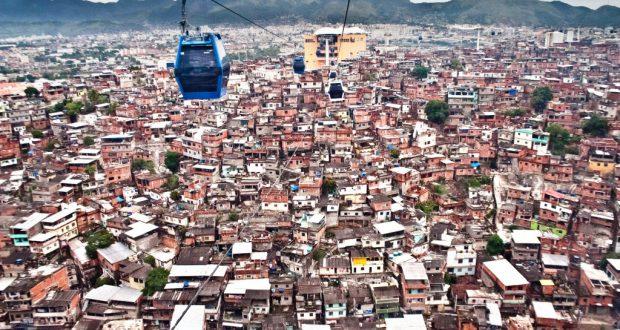 リオのアレモン複合ファヴェーラ地区上空を通るゴンドラ(Bruno Itan/Coletivo Alemao)
