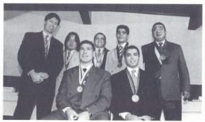 7人のメダリスト。(前列左から)ミゲル、ロジェリオ・サンパイオ、(後列同)カルモナ、恩村、ビエイラ、エンリケ・ギマランエス、石井(『ブラジル柔道のパイオニア』より)
