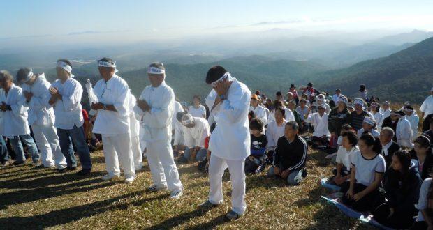 カッチンガ山頂での参拝の様子(蓮井康恵さん提供)