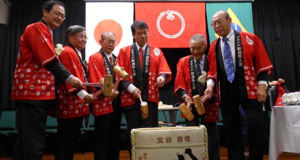 新潟銘酒「八海山」で鏡割り。東京新潟県人会の平辰名誉会長が乾杯の音頭を取り、会場一体となって盛り上がった