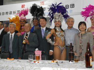 サンバショーを楽しむ慶祝団と県人会