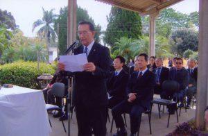 追悼文を読む吉田副会長と、出席した(前列右から)西森下議、寺道博首席領事