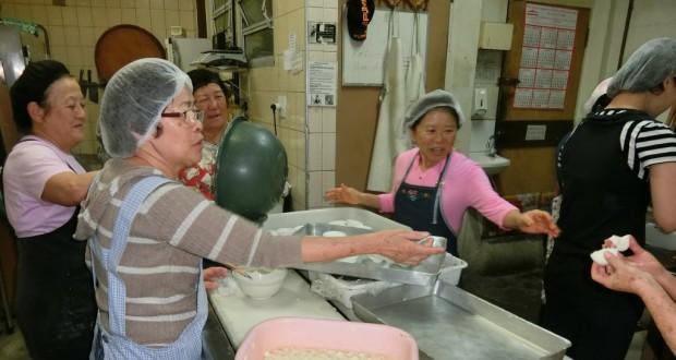 蒸し暑い厨房のなか、かるかん饅頭を蒸し上げる鹿児島県人会