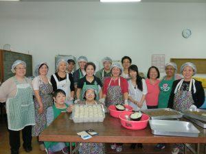 総出でコロッケ作りに取りかかる富山県人会