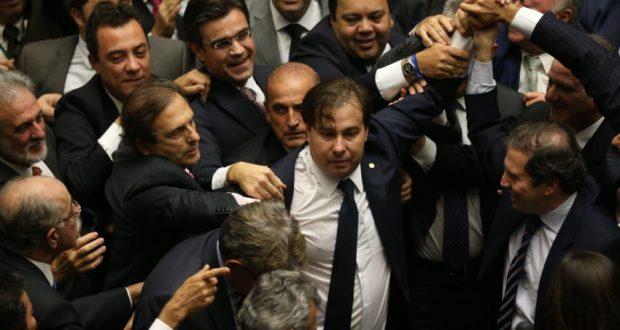 勝利の瞬間、祝福されるマイア下議(Fábio Rodrigues Pozzebom/Agência Brasil)