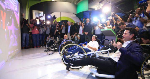 ハンドバイクに興じるスポーツ相とリオ市長、法相(手前から、Roberto Castro/ME)