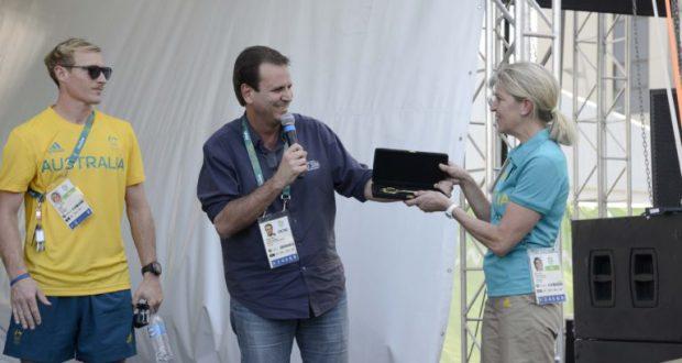 チラー氏に謝罪しつつ選手村の鍵を手渡すパエス市長(João Paulo Engelbrecht/PCRJ)