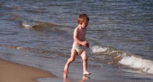 背筋を真っ直ぐに伸ばして歩く乳幼児の姿