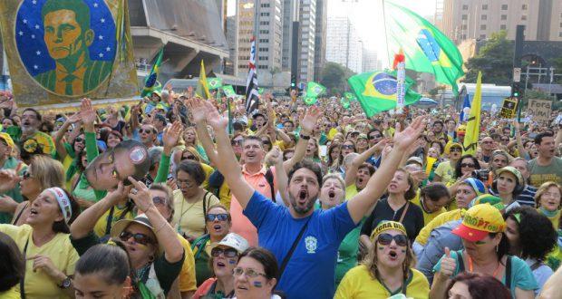 VPRの街宣車のまえに集まった聴衆が「モーロ、モーロ、モーロ!」と大合唱する様子