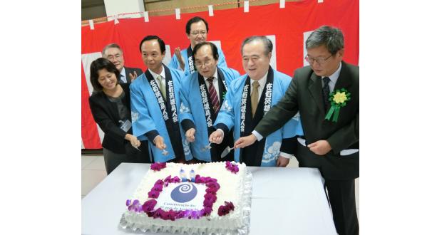 ケーキカットで創立祝う関係者。左から2人目が小川議長、小林会長、橋本知事