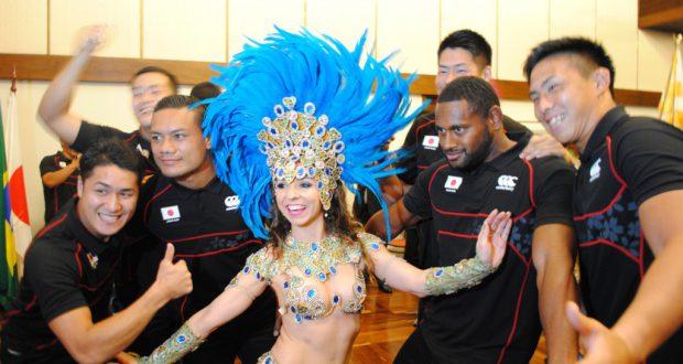 ダンサーの歓迎に笑顔の選手ら