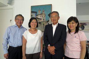 香山六郎の孫らと記念撮影する香山俊孝さん(右から2人目)