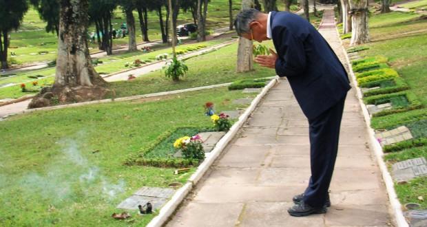 聖市内のゲッセマニ墓地で香山六郎の墓参りをした香山俊孝さん(本人提供)