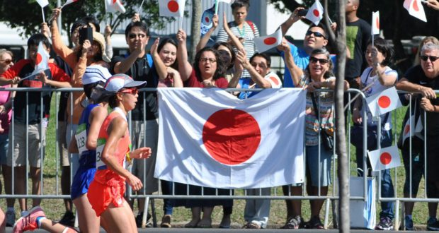 日の丸を掲げ田中智美選手(手前)に声援を送る観衆