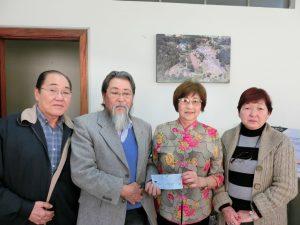 明坂英博世話役(左)、伊津野会計(中央右)、ミノダ副会長(右)