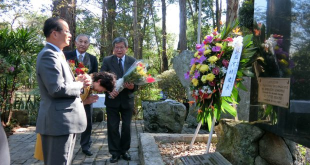 慰霊碑を参拝した河村議員