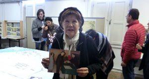 叙勲された父の写真を手にする福家ケイコさん