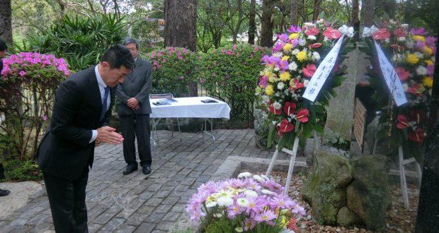 慰霊碑に参拝したあかま総務副大臣