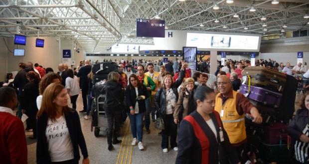 通常の倍の8万5千人が利用した22日のトン・ジョビン空港(Tânia Rêgo/Agência Brasil)