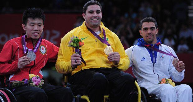 12年のロンドン大会で金メダルを獲った車椅子フェンシングのジョヴァネ・ギソーネ(中央、Getty Images/Jamie McDonald)
