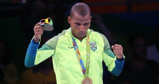 メダルを胸にガッツポーズをとるロブソン(Roberto Castro/Brasil2016)