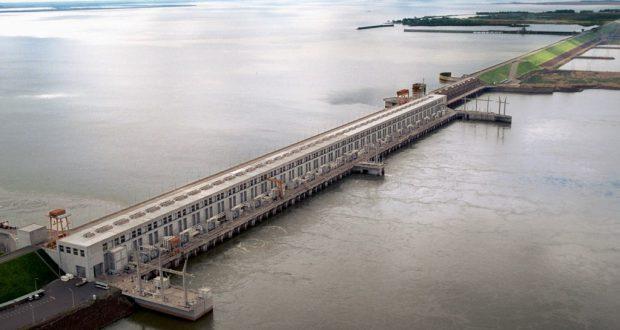 ヤシレタ水力発電ダムは亜国と共同で作られ、堤防の長さは50キロにも及ぶた巨大ダム。パラグァイは、ブラジルとの共同で作ったイタイプーダムと、このヤシレタ・ダムの二つにより、世界最大の電力純輸出国としての地位を確立した(By No machine-readable author provided. Eby gov py assumed, via Wikimedia Commons)