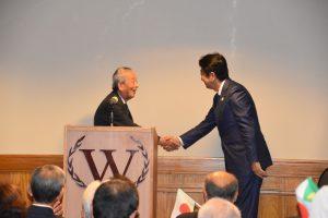 安倍首相と挨拶するリオ州日伯文化体育連盟の鹿田明義理事長(共同)