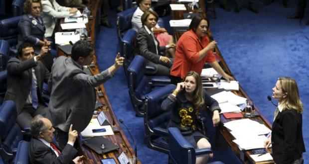 25日の上院での白熱する議論(Marcelo Camargo/Agência Brasil)