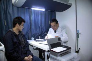 診療車内での森口先生による診察の様子(野村俊彦氏撮影)