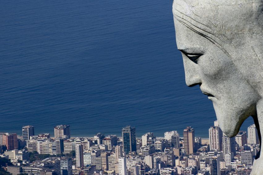 コルコバードの丘のキリスト像が見守るリオの町(Foto: Pedro Kirilos/Riotur)