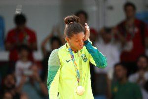 表彰台の上で感極まり、涙を流すラファエラ(Roberto Castro/Brasil2016)