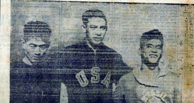 表彰台の上、左から沈んだ表情に見える2位・橋爪、1位・紺野、一番晴れ晴れした表情をした3位・岡本(ガゼッタ・エスポルチーバ紙1952年8月3日付)
