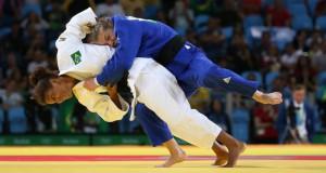 準決勝に臨むラファエラ(左)。ルーマニアの選手を相手に果敢に攻める(Foto: Roberto Castro/Brasil2016)