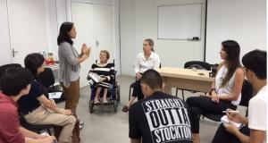 当地の障害者らとも意見交換した関係者(提供写真)