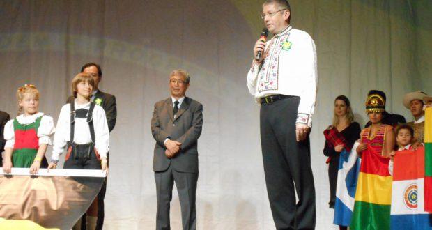 伝統衣装で挨拶するウクライナ国サンパウロ名誉領事のジョルジ・リビカさん
