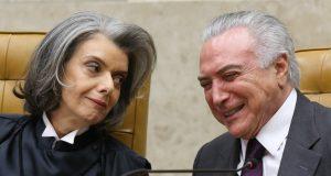 カルメン・ルシア新最高裁長官(左)と談笑するテーメル大統領(Foto: Lula Marques/AGPT)
